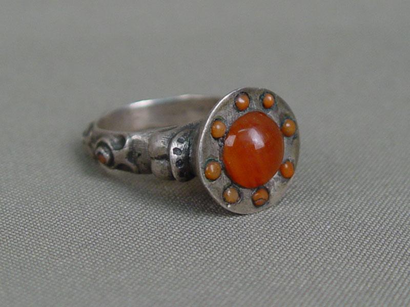 Перстень, металл, сердолик, кораллы. Средняя Азия, конец XIX— начало XXвека, размер кольца 20,0