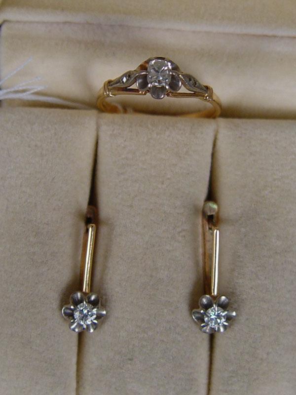 Комплект, золото 583пробы, общий вес— 4,6г. Вставки: бриллианты (1бр «Старой» огр.— 0,24ct 4/5; 2бр Кр57— 0,23ct 4/5), размер кольца 16,5