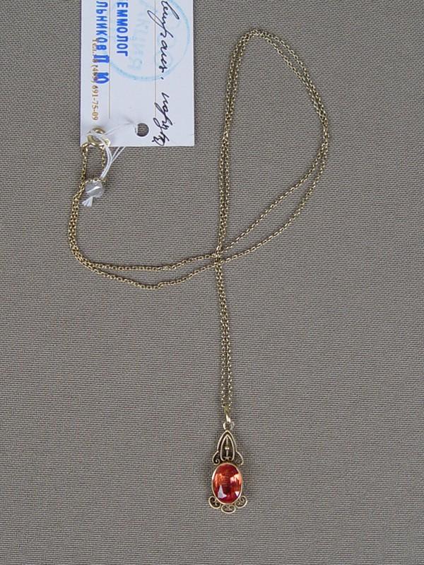 Подвеска сцепью, золото 583пробы (подвеска), 585пробы (цепь); общий вес— 2,16г. Вставки: выращенный корунд.