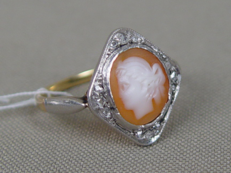 Кольцо, золото 583пробы, общий вес— 4,18г. Вставки: 12бриллиантов («Роза»), камея нараковине, размер кольца 17,5
