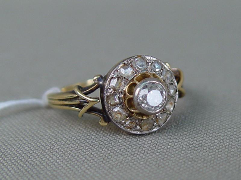 Кольцо, золото пореактиву 585пробы, общий вес— 4,04г. Вставки: бриллианты (1бр «Старой» огр.— 0,30ct 7/8; 12бр «Роза»), размер кольца 18,25