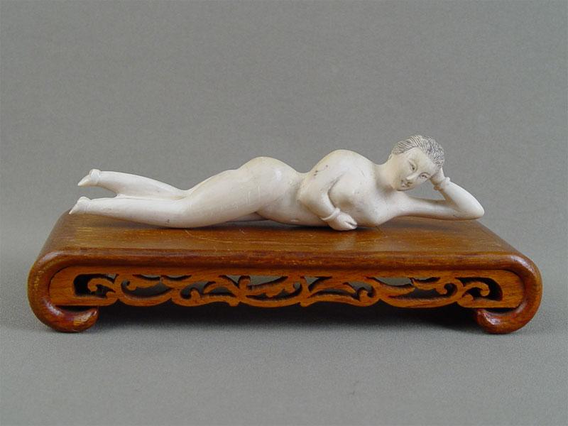 «Обнаженная», кость, резьба, деревянная подставка. Китай, XIXвек, длина— 20,5см