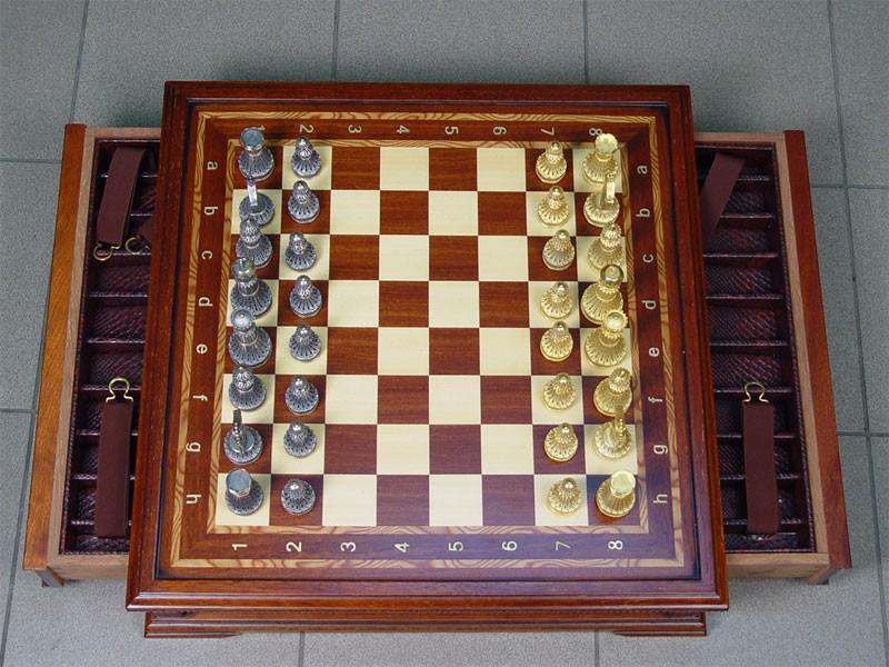 Шахматы сдоской-футляром, фигуры серебро 925пробы, скань, позолота, общий вес— 1392г., размер доски 58×58см