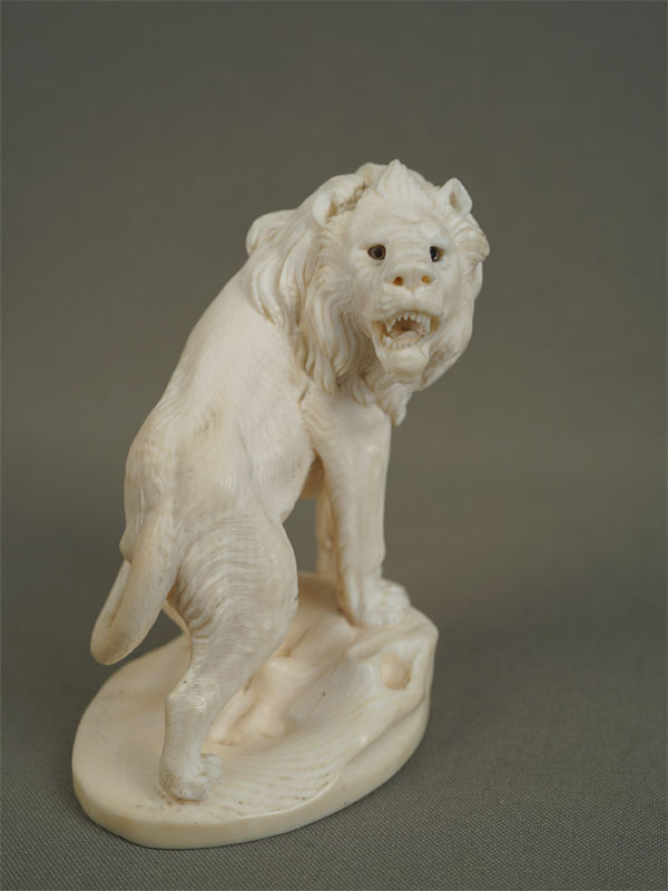 Антиквариат. скульптура из кости «Рычащий лев»