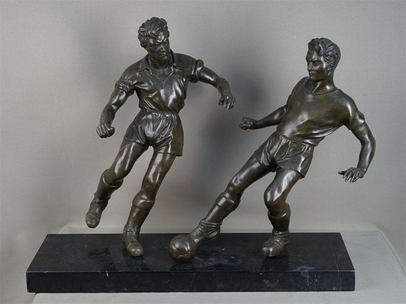 «Футболисты», бронза, литье, патинирование; камень, начало XXвека, высота— 49см, длина— 62см