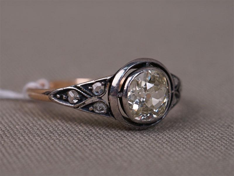 Кольцо, золото 583пробы, общий вес— 1,83г. Вставки: 1бриллиант («Старой» огр.— 0,83ct 8-3/6); 6бриллиантов («Роза»), размер кольца 17,25