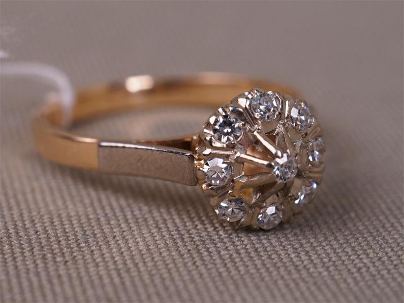 Кольцо, золото 583пробы, общий вес— 3,22г. Вставки: бриллианты (9бр Кр17— 0,28ct 3/3), размер кольца 18,0