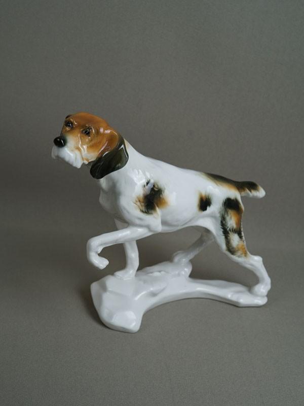 «Охотничья собака встойке», фарфор, роспись. Германия, 1950-е годы, высота— 20см