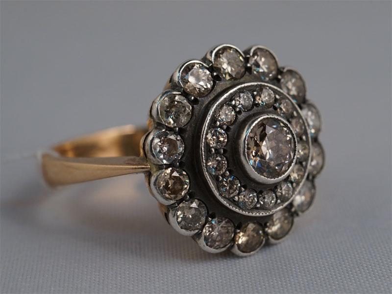 Кольцо «Малинка», золото 56пробы, общий вес— 5,45г. Вставки: бриллианты (1бр «Старой» огр. — 0,38ct 9-1/8; 27бр «Старой» огр. — 1,47ct 4-6/4-6), размер кольца 18,5