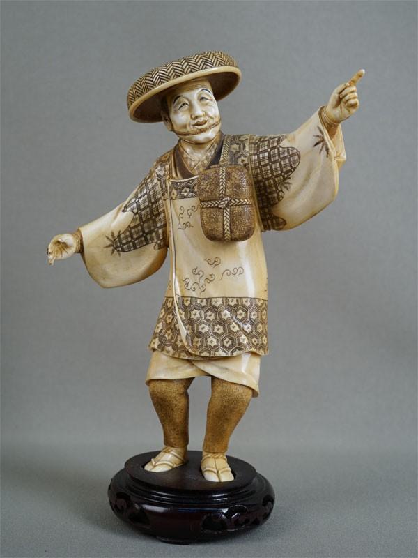 Окимоно «Танцор», кость, резьба, подставка дерево. Япония, конец XIX — начало XXвека, высота— 20см