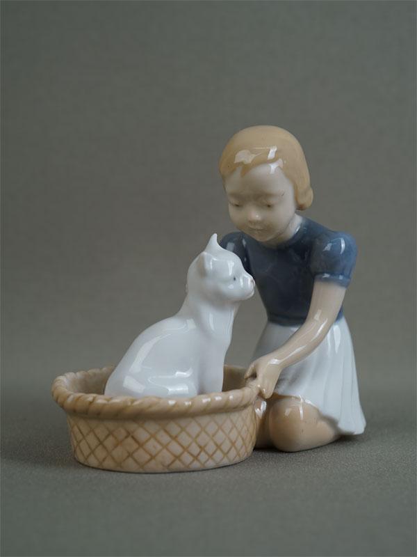 Антиквариат. «Девочка а кошка», фарфор, copenhagen