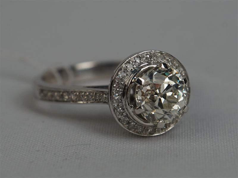 Кольцо, золото пореактиву (14К), общий вес— 3,44г. Вставки: бриллианты (1бр «Старой» огр. — 1,38ct 7/8; 2бр «Старой» огр. — 0,03ct 4/4; 58бр Кр17— 0,30ct 3/3-4). размер 16.5.