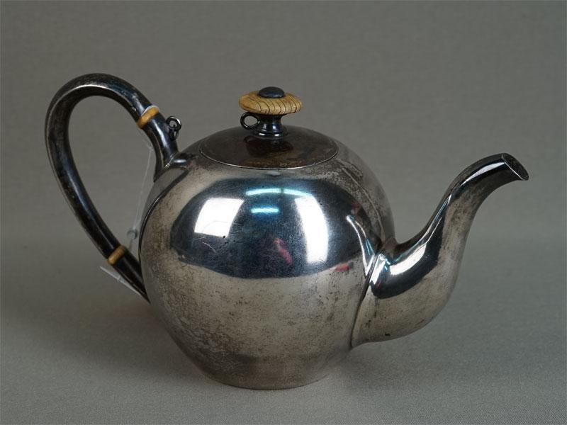 Чайник заварочный, серебро 84пробы, кость, общий вес— 307,58г.