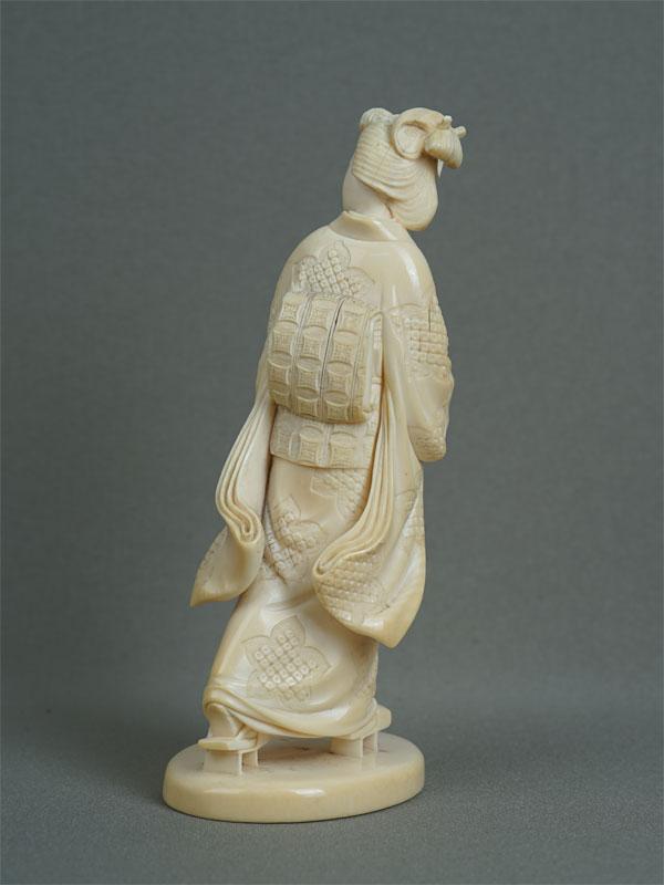 Окимоно «Гейша», кость, резьба. Япония, конец XIXвека, высота— 15,5см
