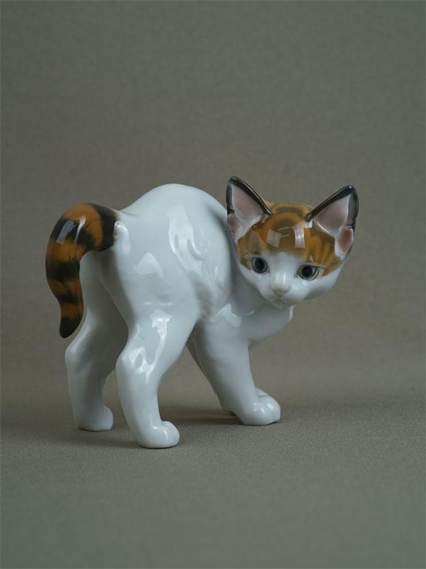 «Испуганная кошка», фарфор, роспись. Германия, Rosenthal, вторая половина XXвека, длина— 12см