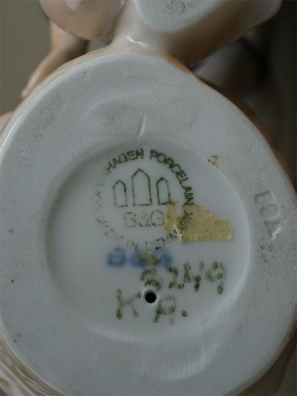 «Девочка скошкой вкорзинке», фарфор, роспись подглазурная. Копенгаген, B&G, вторая половина XXвека, длина— 12см