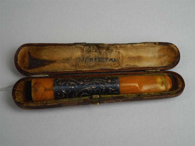 Мундштук вфутляре «Фаберже», серебро 84пробы, чернь, янтарь, общий вес— 24,6г, длина общая— 13см
