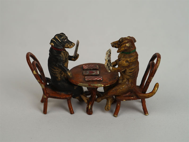 Скульптура «Две таксы играют вкарты», «венская» бронза, длина— 7см