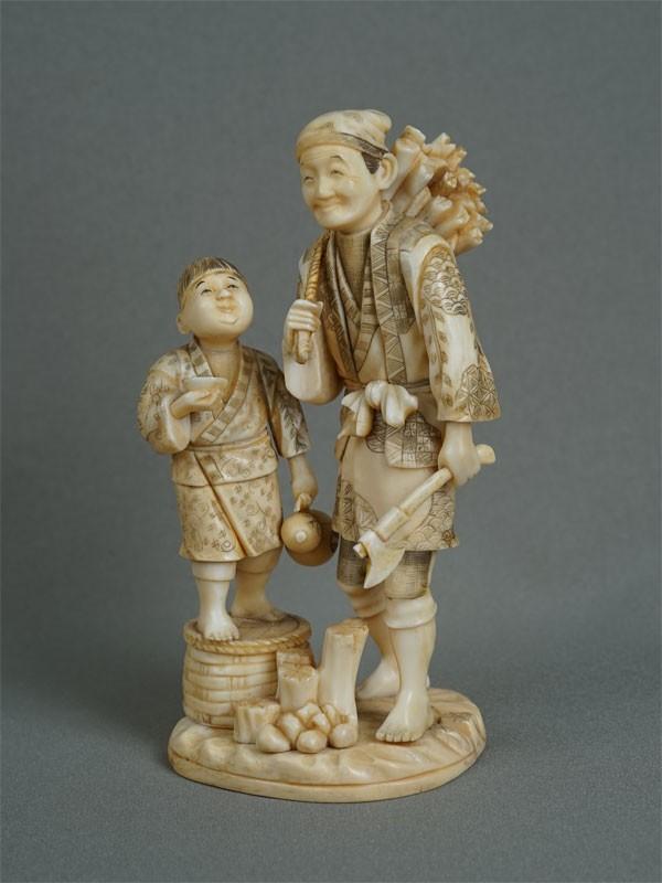Окимоно «Дровосек иего сын», кость, резьба. Япония, конец XIX — начало XXвека, высота— 16см