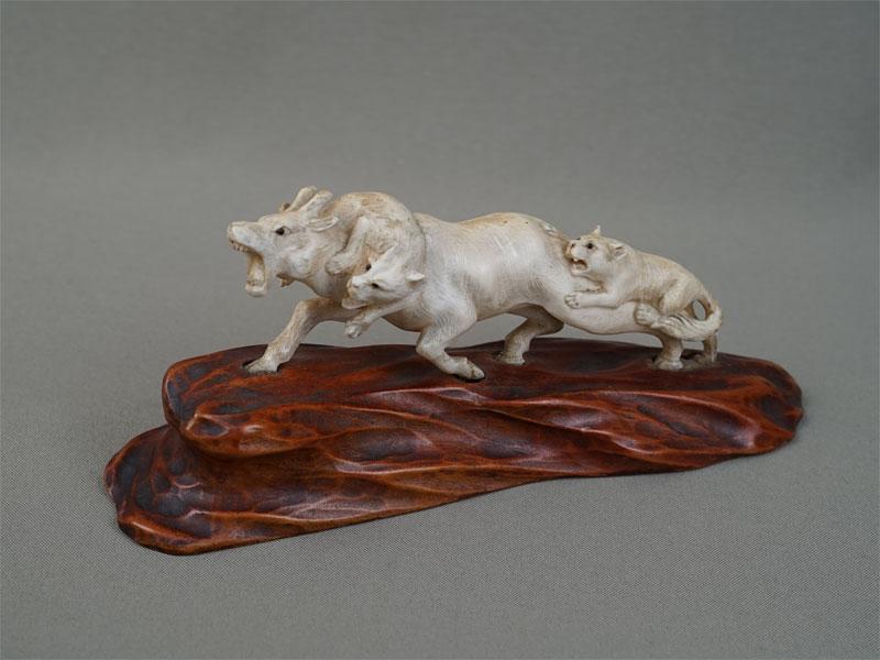 «Охота волков наоленя», кость, дерево, резьба. Япония, конец XIX — начало XXвека, длина— 19,5см