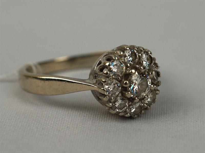 Кольцо «Малинка», золото пореактиву, общий вес— 3,43г. Вставки: бриллианты (1бр Кр57— 0,26ct 3/4; 8бр Кр57— 0,52ct 3/4) ,размер — 17.25
