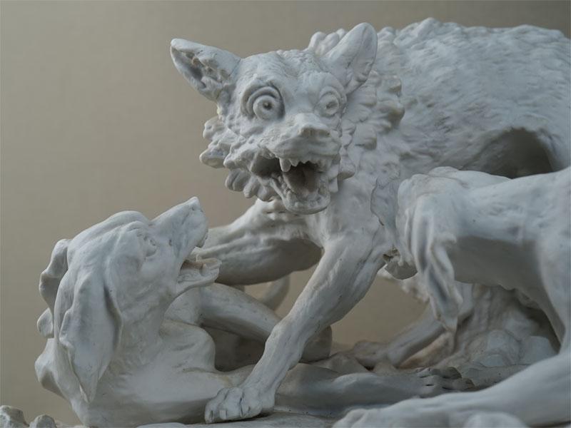 «Собаки нападают наволка», бисквит. Западная Европа, конец XIX-начало XXвека, 39×27см, высота— 22см (склейка, реставрация)