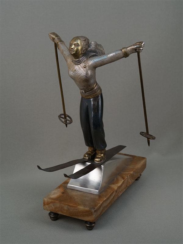 «Спортсменка-лыжница прыгает страмплина», бронза, камень, первая треть XXвека, длина— 29см