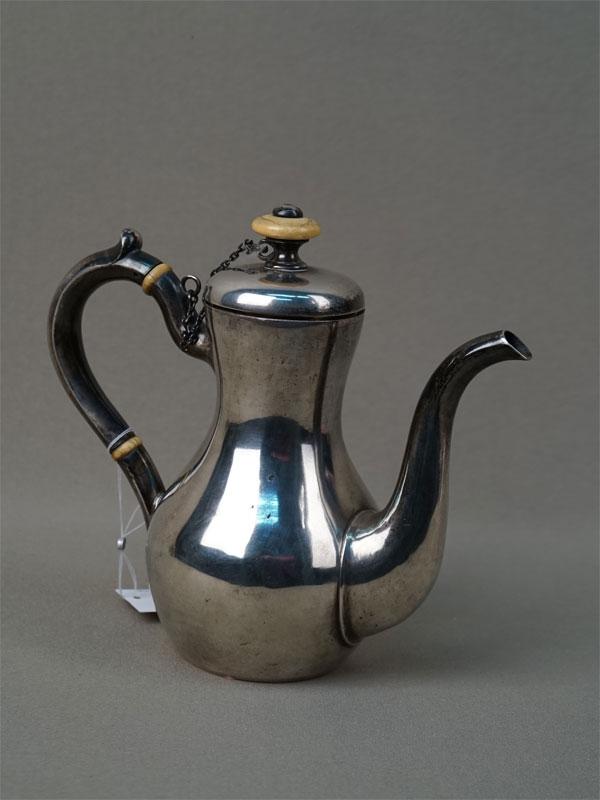 Кофейник, серебро 84пробы, общий вес— 307,18г., высота— 16см, мастер «Пец»
