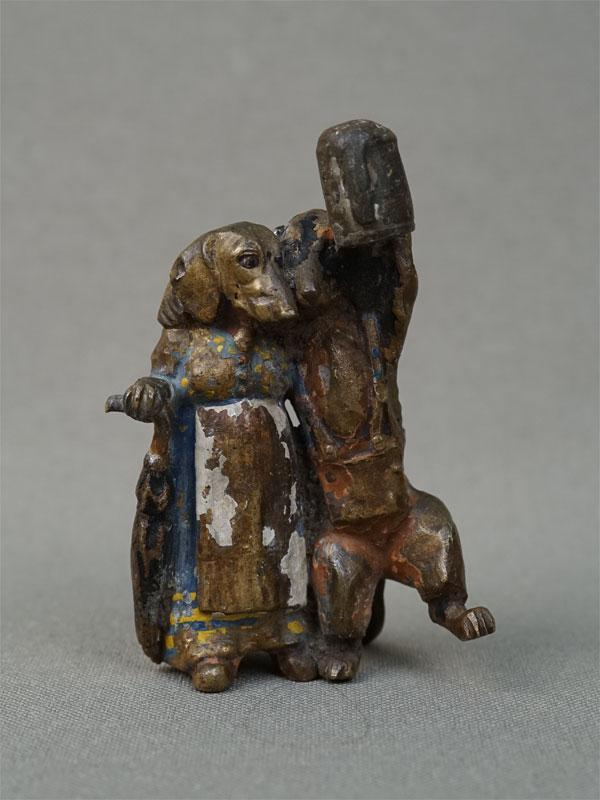 «Такса-жена ведет мужа-пьяницу домой», венская бронза, конец XIX — начало XXвека, высота— 6см