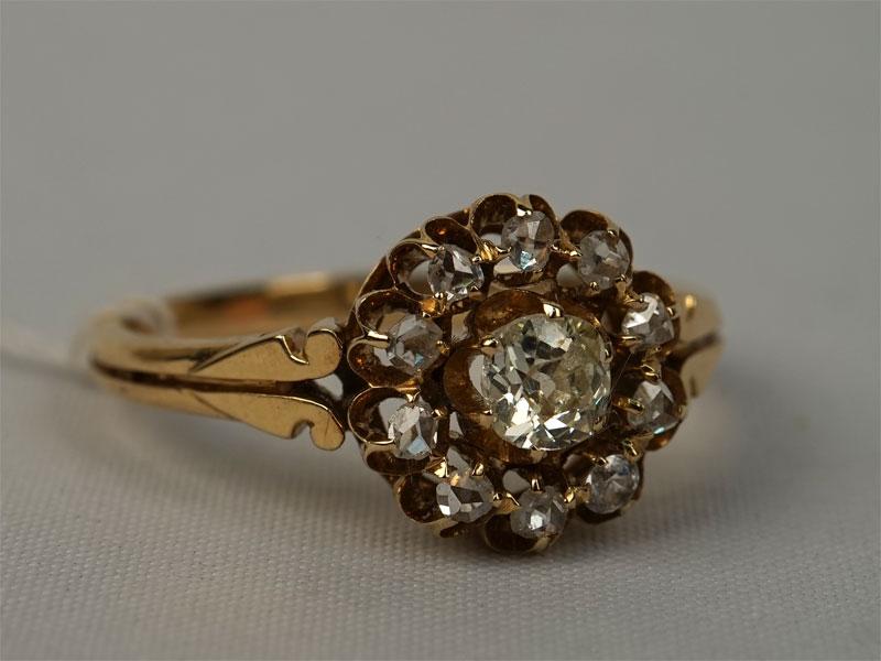 Кольцо, золото 56пробы, общий вес— 3,61г.  Вставки: 1бриллиант («Старой» огр. — 0,23ct 5/6); 9бриллиантов («Роза»); 1фианит. Размер кольца 18
