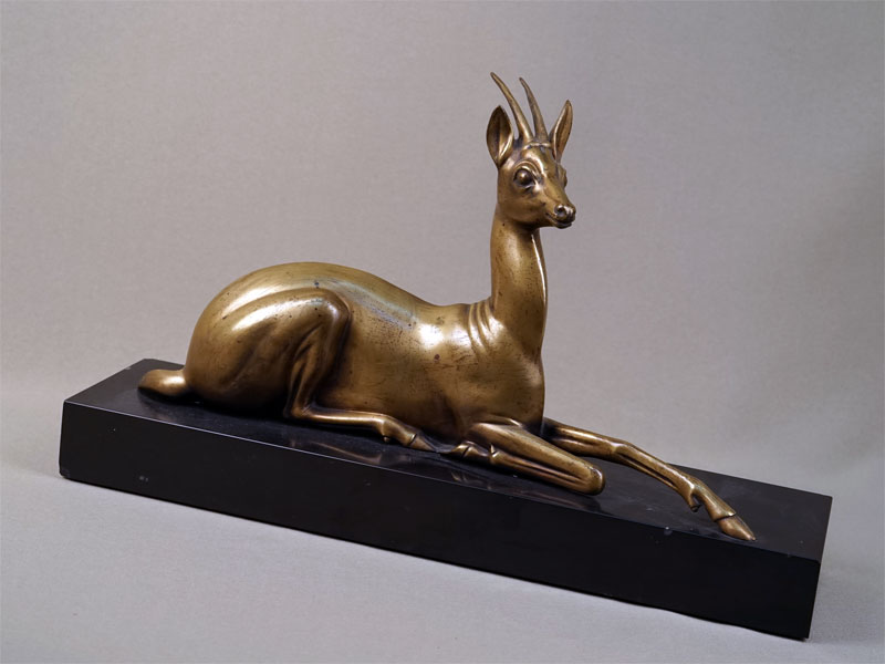 Пара  скульптур «Антилопы», бронза, камень, автор G. Lavroff, 1930-е годы, максимальная высота— 40см, максимальная длина— 45см. Атрибуция.
