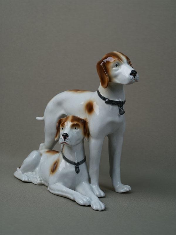 «Две охотничьи собаки», фарфор, роспись. Германия, Leube, 1945-64годы, длина— 22см, высота— 18см (хвост склеен)