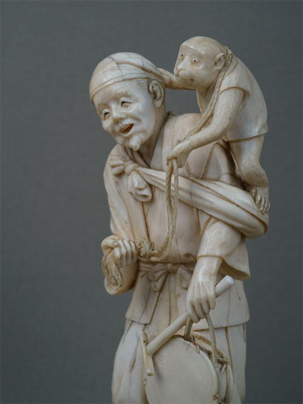 Окимоно «Сарумаваси (Дрессировщик обезьян)», кость, резьба. Япония, конец XIXвека, высота— 17,5см