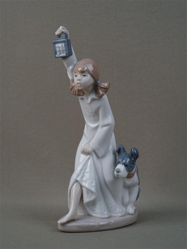 «Девочка сфонарем исобакой», фарфор, роспись. Испания, Lardo, 1989год, высота— 22см