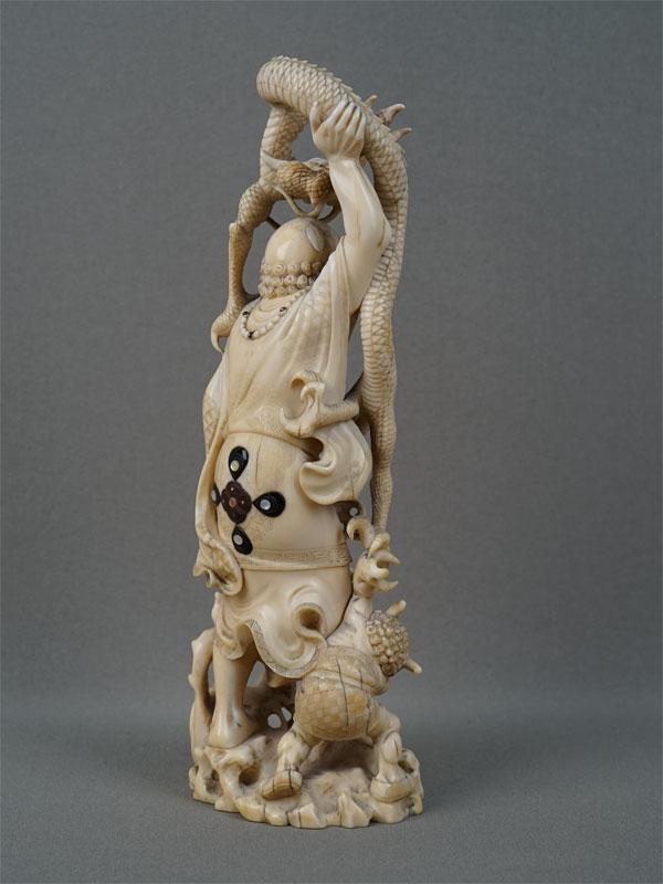 Окимоно «Сондзя Хандака сдраконом Иони», кость, резьба. Япония, высота— 22см