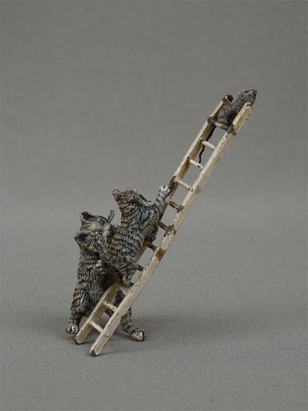 «Кошка скотенком ловят мышь налестнице», венская бронза, высота— 7,5см