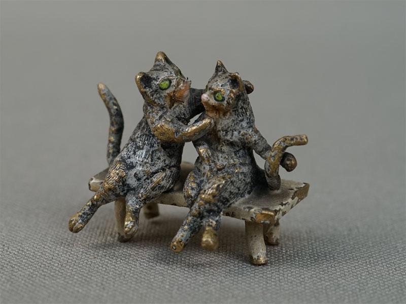 «Влюбленные кошки наскамейке», венская бронза, длина— 2,5см