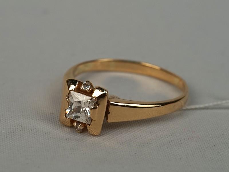 Кольцо, золото пореактиву, общий вес— 2,74г. Вставки: фианиты. Размер кольца 17.