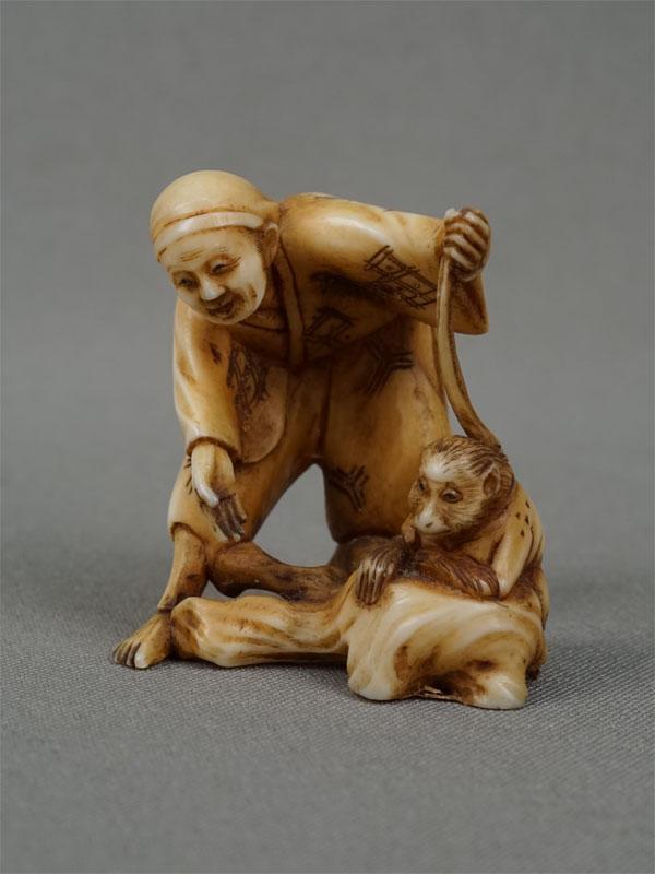 Нэцкэ «Дрессировщик обезьян», кость, резьба. Япония, конец XIX — начало XXвека, высота— 4см