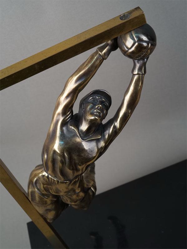 «Вратарь-футболист парирующий мяч», бронза, камень. Англия, начало XXвека, высота— 39см