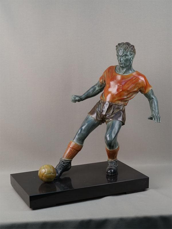 «Футболист», шпиатр, тонирование, постамент камень. Западная Европа, начало XXвека, высота— 43,5см