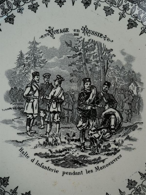 Пара тарелок «Путешествие вРоссию»: «Пляска казаков» и«Привал пехоты», фаянс, печать. Франция, конец XIX-начало XXвека, диаметр— 19,5см