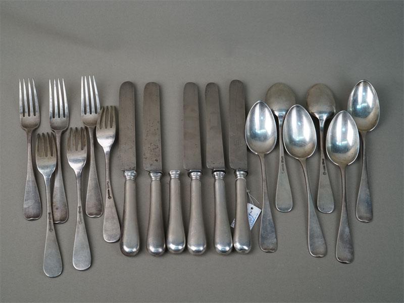 столовый набор (18предметов  — 6вилок, 6ложек и6ножей (1лезвие утрачено), серебро 84пробы, сталь, 1868год, клеймо «Сазиков», вес серебра 1375г.