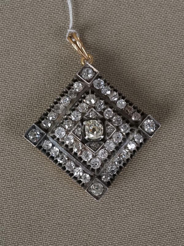 Подвеска, золото 56пробы, общий вес— 10,61г. Вставки: бриллианты (1бр «Старой» огр. — 0,44ct 8-5/8; 48бр «Старой» упр. огр. — 2,42ct 3-4/3-5)