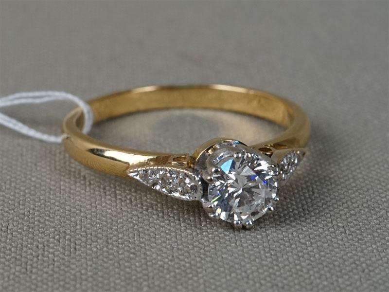 Кольцо, золото 750пробы, общий вес— 4,30г. Вставки: бриллианты (1бр (Кр57— 0,67ct 6/8; 6бр Кр17— 0,05ct 3/3-4). Размер 19.