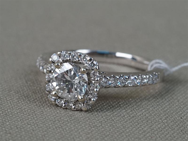 Кольцо, золото 585пробы (14К), общий вес— 3,72г. Вставки: бриллианты (1бр Кр57— 0,71ct; 30бр Кр57— 0,30ct 4/4-5). Размер кольца 17,5.