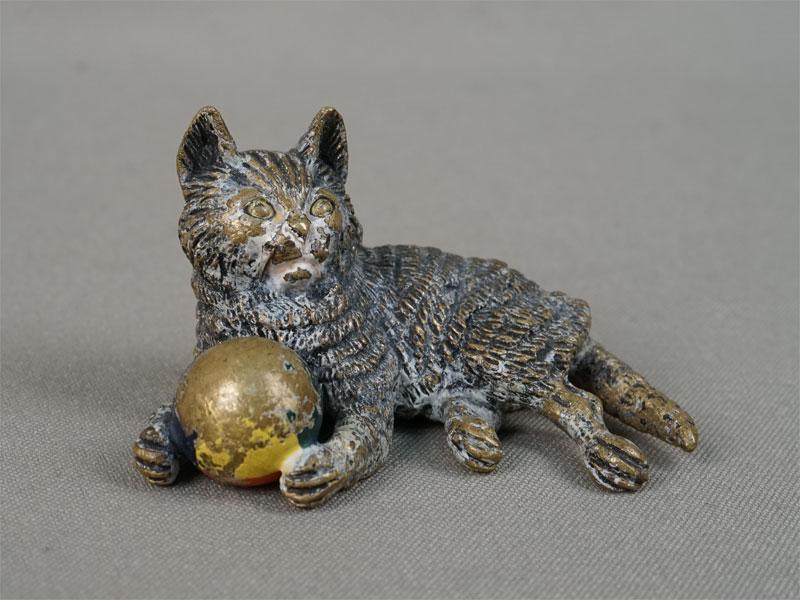 «Кот смячиком», венская бронза. Вена, конец XIXвека, длина— 6см