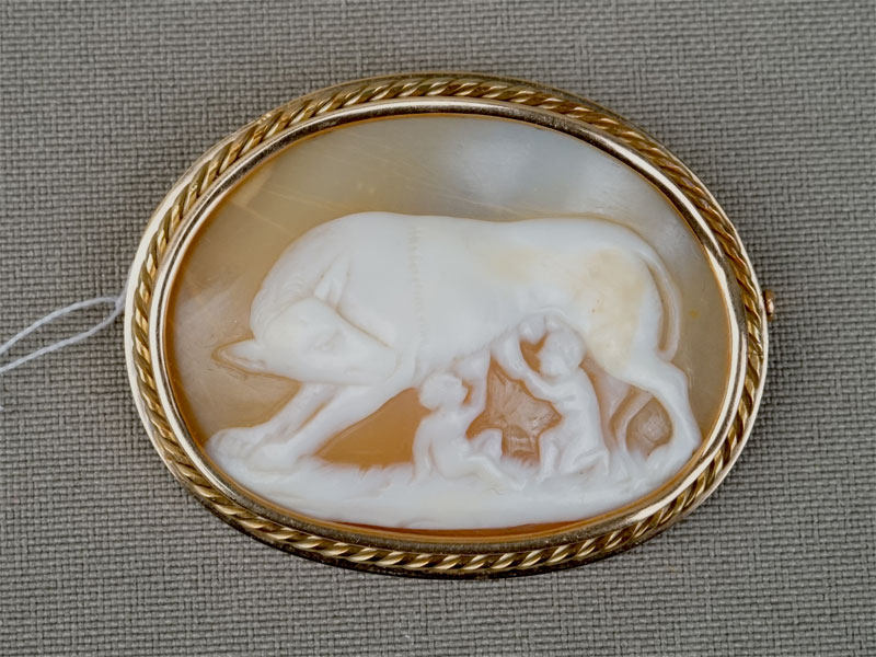 Антиквариат. Брошь «Ромул и Рем», золото камея на раковине Рим волчица