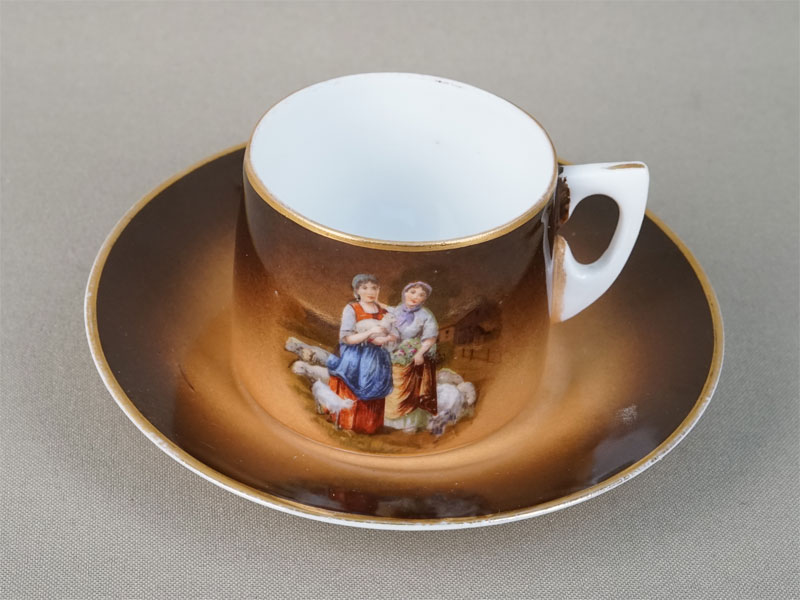Кофейная пара «Пастушки», фарфор, деколь. Завод Гарднера, конец XIX — начало XXвека (трещина)