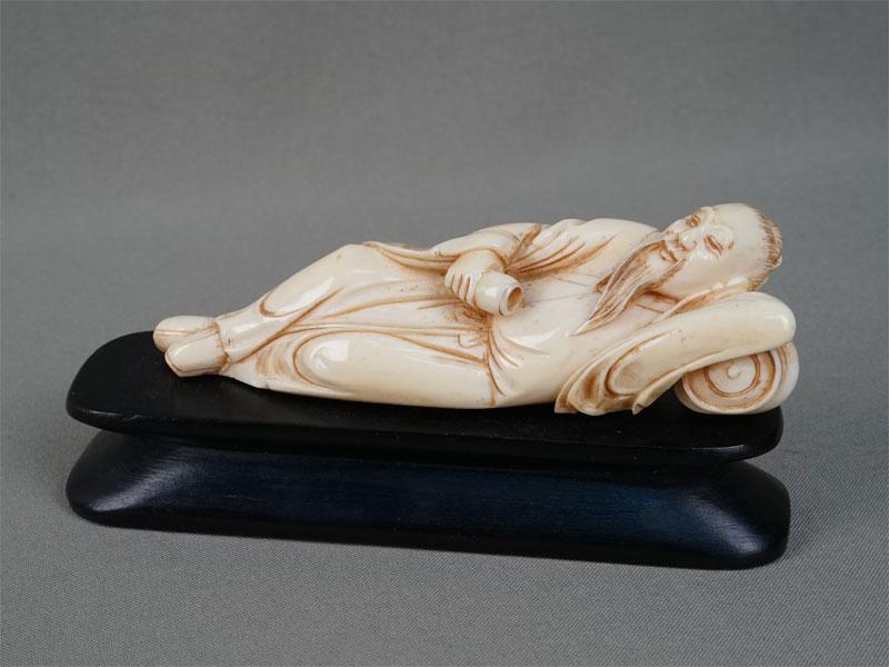 «Отдыхающий Конфуций», кость, дерево. Китай, конец XIXвека, длина— 13,5см